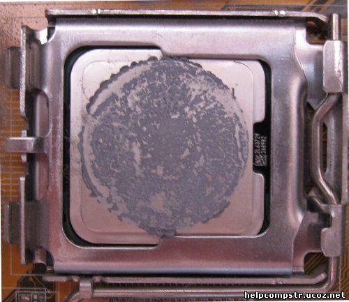 Так выглядит крышка процессора, с остатками старой термопасты
